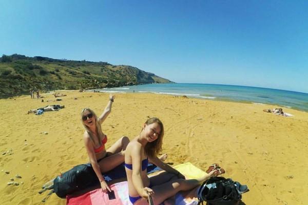 op het strand in malta met narcolepsie